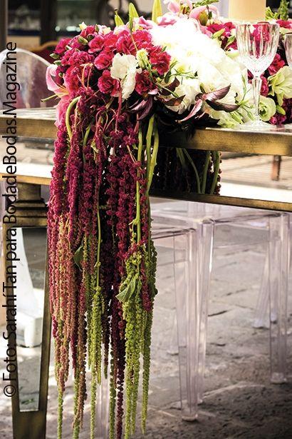 Una hermosa explosión de color #Marsala, #Fucsia y #Crema era el arreglo de #Escenica formando un bellisimo caminamiento de flores, que colgaban de la mesa de espejo con un toque bronce en la orilla muy peculiar. Puedes ver la edición completa de#BodadeBodasMagazine en #Issuu, muchos vestidos, muchas ideas, muchas tendencias que te ayudarán para que tu boda sea una Boda de Bodas!! https://issuu.com/bodadebodasmagazine/docs/bodadebodas.magazine_no.28_1er._sem    Fotografía: Sarahi Tan