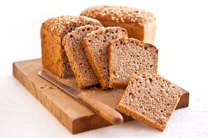 Při pečení chleba se kvásek smíchá s moukou, vodou, solí, případně dalšími přísadami a nechá kynout. Kváskový chléb potřebuje pro vykynutí mnohem delší dobu než chléb připravovaný za použití kvasnic. V průběhu této doby probíhají v těstu procesy, které způsobí, že kváskový chléb je oproti běžnému chlebu stravitelnější a má vyšší výživovou hodnotu. Je to ale také jeden z důvodů, proč se ve velkých pekárnách kváskový chléb dnes už prakticky vůbec (nebo vůbec) nepeče.