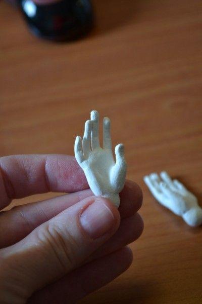 Лепим ручки ( кисти) куклы из холодного пластика. Пример из ЛаДолла Премикса . делаем вот такой проволочный каркас ( ручки удобней делать сразу две) Берем пластик и…