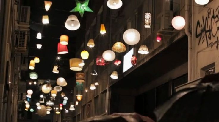 Una preciosa y generosa iniciativa: Vecinos de Atenas donan sus lámparas para iluminar las calles y así mejorar su seguridad