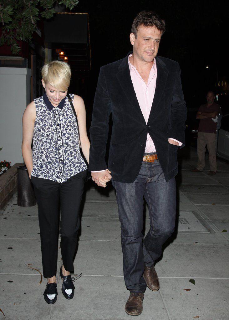 Мишель Уильямс и Джейсон Сигел держаться за руки | Фотографии | POPSUGAR знаменитости
