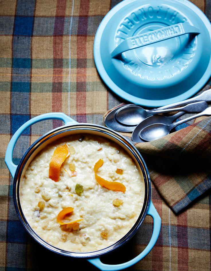 Recette Riz au lait ribot de mon enfance de Christian Le Squer : Faites macérer 2 cuil. à soupe de raisins secs blonds dans du rhum. Faites chauffer 1 l de lait cru dans une cocotte avec 50 g de sucre complet et un zeste d'orange. Rincez 200 g de riz rond blanc, égouttez, mettez-le dans la coco...
