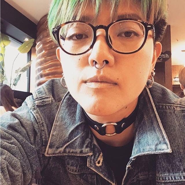 WEBSTA @ vulgars_y - So many circles around my face✨🔗🔗👓🔗🔗✨#eyeglasses #piercing #septum #punk #punkband #strechedlobes #2g #cafeduriche新大久保#greenhair #manicpanic#マニックパニック