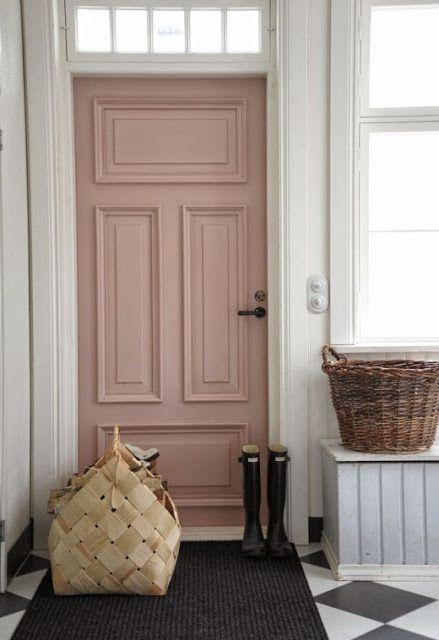 """Porte d'entrée rose poudre ou rose """"nude"""" dans une entrée blanche."""