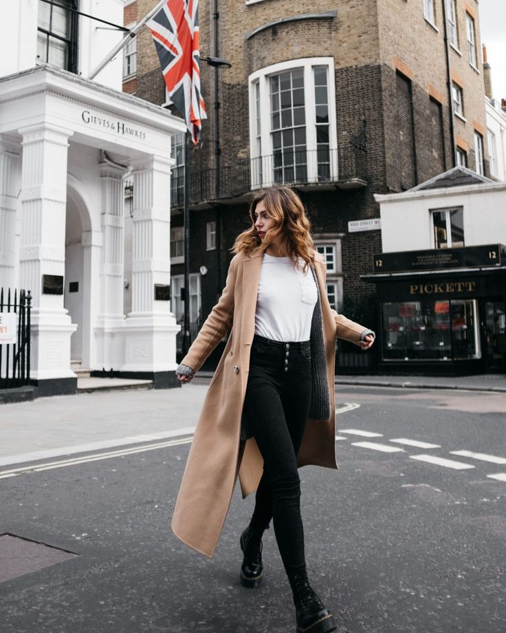 Anzeige | Street Style by Masha Sedgwick | outfit style: London style, casual, sexy, camel coat, classy, luxury | wearing: high waist Topshop jeans wi…