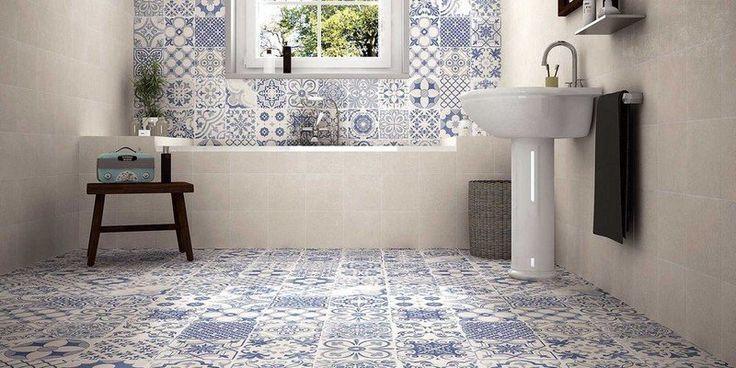 salle de bain d'esprit rétro avec un carrelage mural et de sol patchwork en blanc et bleu et une vasque sur pied rétro