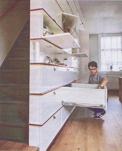 Deze kastenwand staat voor de trap. Omdat de kast van smal naar breed uitloopt, wordt de ruimte optimaal gebruikt. Links ondiepe kasten voor glaswerk, in het midden diepe lades onder de trap door. Rechts diepe kasten en daarachter het toilet. Elke vierkante centimeter is optimaal gebruikt. By: www.interior-issues.nl