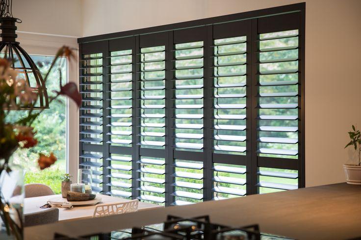 Donkere shutters (RAL7021) in keuken, gemonteerd in railsysteem voor maximale flexibiliteit