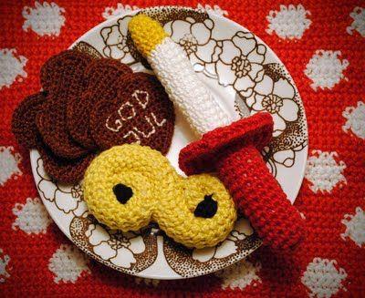 Free Crochet Pattern for Swedish Saffron Bun and Electric Lucia Candle / Gratis mönster på virkad lussekatt lussebulle och tärnljus