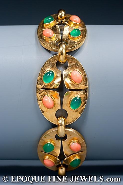GEORGES LENFANT  Un coral inusual, crisoprasa y pulsera de oro,  compuesto por seis ovalados martillados 18 eslabones de oro quilates, con cabujones de coral y crisoprasa.  París, alrededor de 1960  Firma: la marca del fabricante de Georges Lenfant.