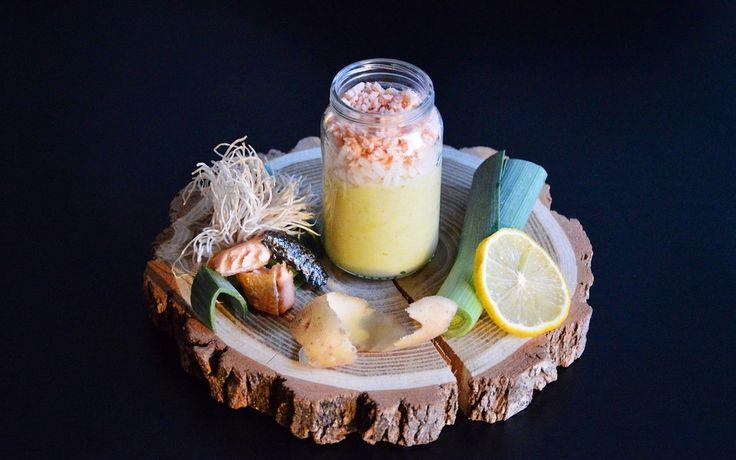 Recette de petit pot saumon riz et fondue de poireaux pour bébé. Dès 9 mois bébé va se régaler avec ce poisson doux et riche en omega-3 !