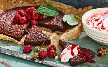 Vill du baka något riktigt gott så testa ett vinnande recept på kladdkaka med brynt smör och flingsalt.