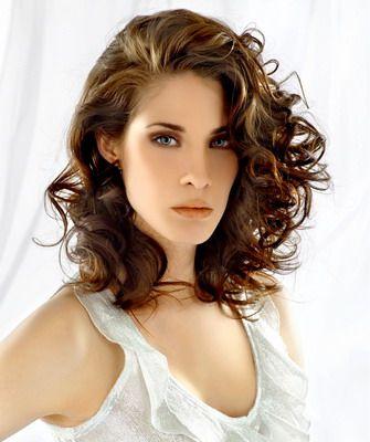 Прически и стрижки средней длины на волнистые волосы: фото