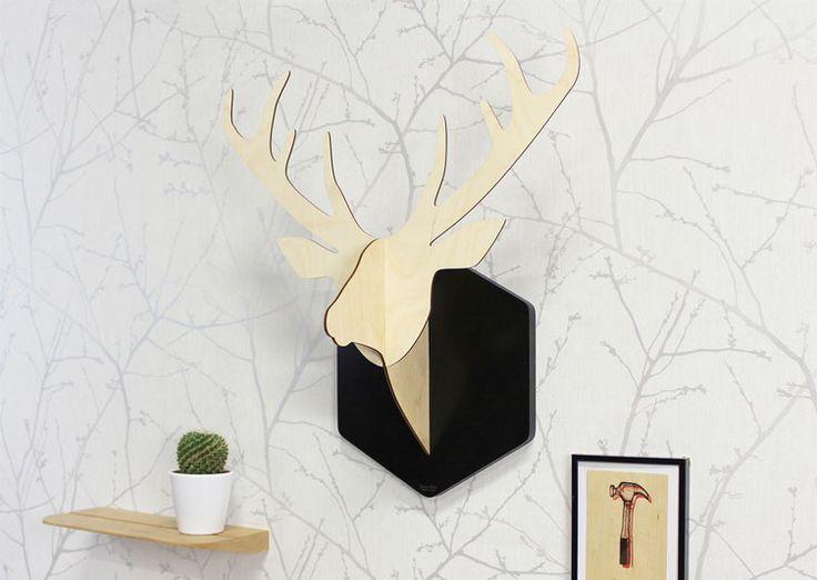 Trophée en bois Cerf Sylvestre désacralisé par Reine Mère, le trophée de chasse cerf devient un objet déco au look contemporain qui investit vos murs de façon insolite, créant un univers drôle et onirique.