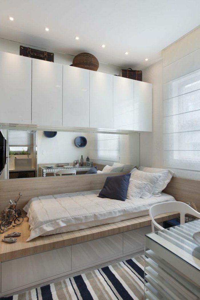 comment-aménager-une-petite-chambre-plateforme-de-lit-placards-blancs-tapis-à-rayures