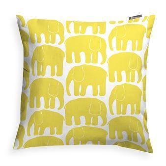 Det grafiska Elefantti kuddfodral kommer från Finlayson och är en snygg detalj för soffan, fåtöljen eller sängen. Det underbara mönstret med marscherande elefanter designades av Laina Koskela 1969 och finns nu på ett vackert kuddfodral. Mönstret har lite retrokänsla men är samtidigt väldigt modernt. Detta är en riktig klassiker!