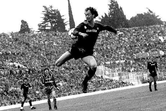Paulo Roberto Falcão (Xanxere, Brazil, 16 October 1953) – Iconic. His name, his revolutionary approach to football, his position, even his number 5 shirt and his trademark celebration – everything about him made him an icon. The way he ran towards the Curva with his arm aloft as he leapt for joy after scoring a goal. Over 5 years with the Giallorossi, Paulo Roberto Falcao became one of the best players in Italian football history, and in doing so remains a legend