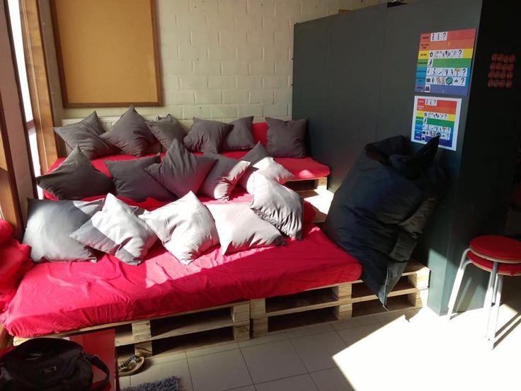Onze zithoek - lounge, waarin de leerlingen mogen lezen, muziek luisteren, chillen, rusten ... Gemaakt van palletten en oude matrassen.
