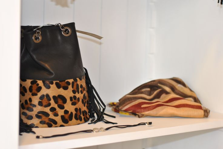Merchandising @Box bazar! Inspiration de la savane avec notre sac bourse cuir noir et léopard et nos foulards imprimés!