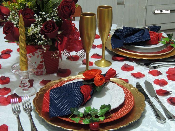 """A magia do dia dos namorados  chega à mesa num ritual romântico. A rosa, eterno símbolo do amor é uma das flores mais antigas e tem uma linguagem própria:as vermelhas simbolizam emoções apaixonadas, elegância e intimidade e possibilidade de um amor cheio de significados e simbologias. As pétalas vermelhas espalhadas pela mesa inspiram alegria e o dourado dos copos de espumante o """"brinde ao amor"""". Inspire-se na decoração de Heda Seffrin. Fotografia:Simone Seffrin"""