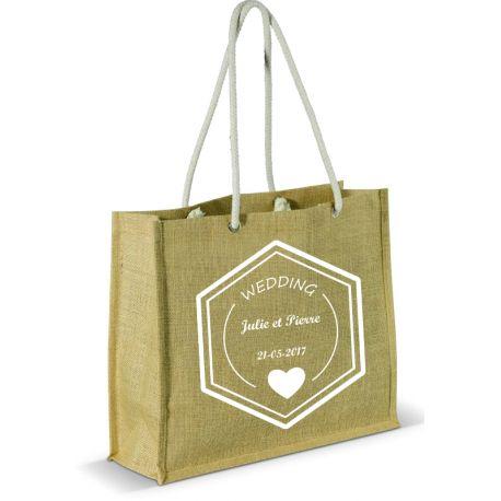Offrez ce sac en toile de jute à vos invités.  Personnalisez le avec votre marquage (date de l'événement, nom prénom par exemple...). Un cadeau qui rappellera à tout le monde des souvenirs de cette magnifique