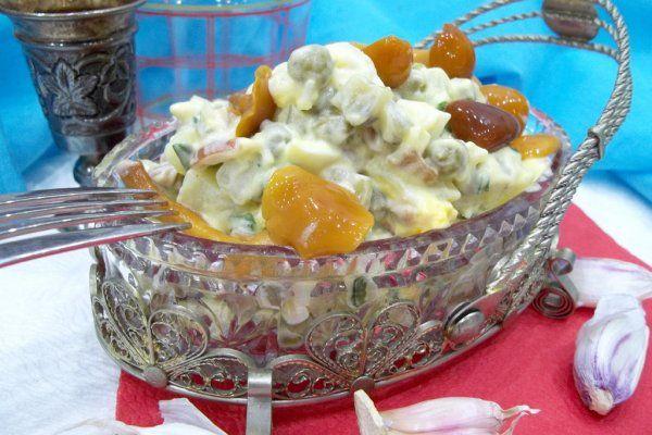 Салат с маринованными грибами, зеленым горошком и яйцами https://citywomancafe.com/cooking/05/12/2017/salat-s-marinovannymi-gribami-zelenym-goroshkom-i-yaycami