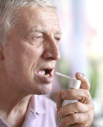 Dor de garganta diminui com própolis e chás, mas esses métodos não curam as causas, como gripe e faringite. Siga as dicas e alivie a dor de garganta.