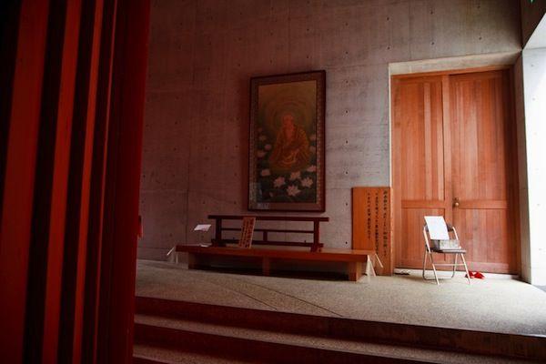 Interior do Templo das Águas ou Templo Shingonshu Honpukuji, na ilha Awaji, Japão. Arquiteto: Tadao Ando. Fotografia: Ken Coley.
