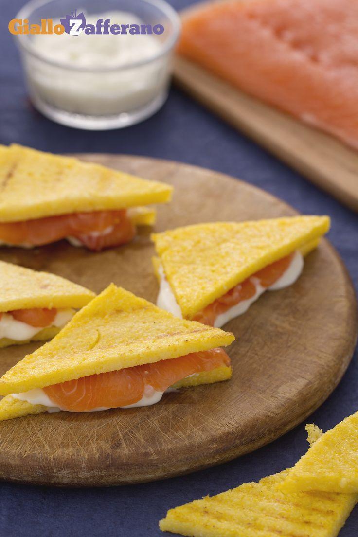 Il #SANDWICH DI #POLENTA E SALMONE (salmon polenta sandwich) è un antipasto perfetto per stupire tutti gli ospiti! #ricetta #GialloZafferano #italianfood #italianrecipe