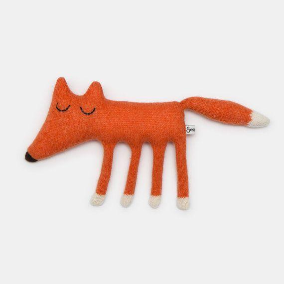 Rencontrer Monty Monty est tricoté à laide dun beau brillant orange et blanc laine dagneau et est farci de rembourrage polyester. Hauteur : 16cm