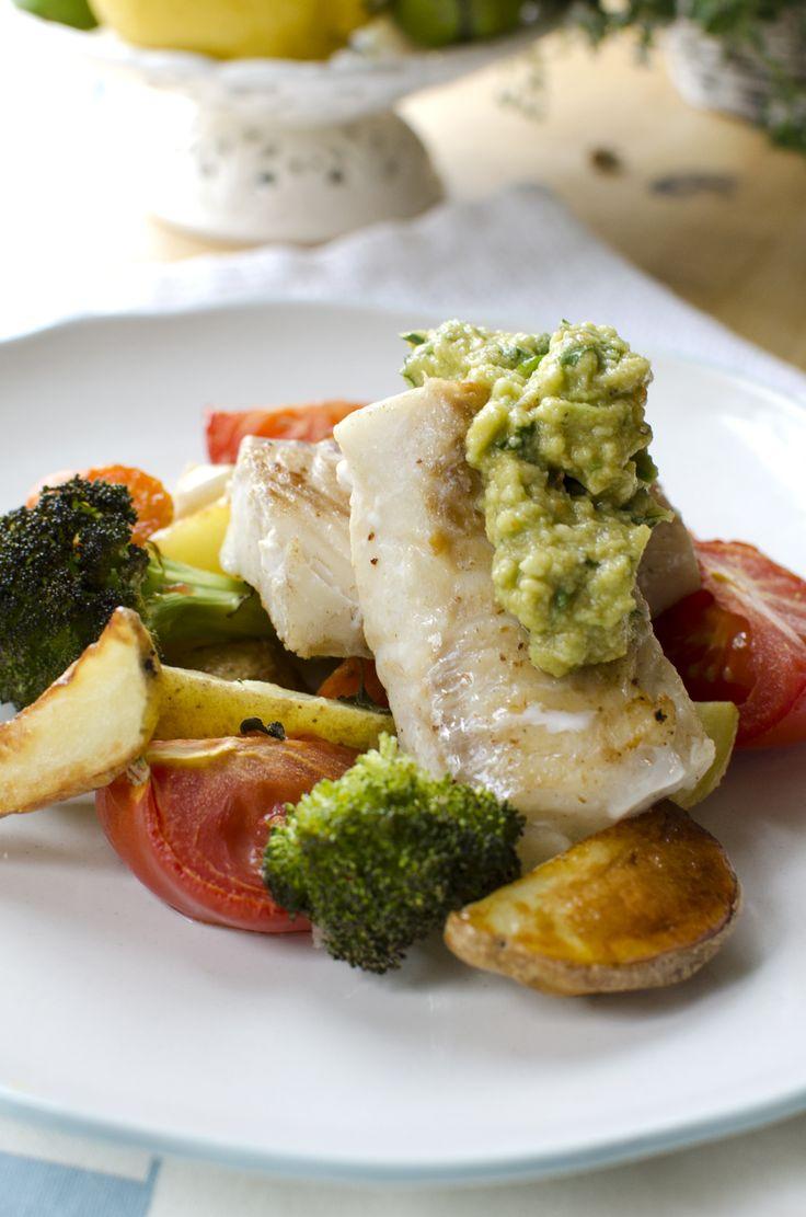 stekt torsk med guacamole og ovnsbakte grønnsaker