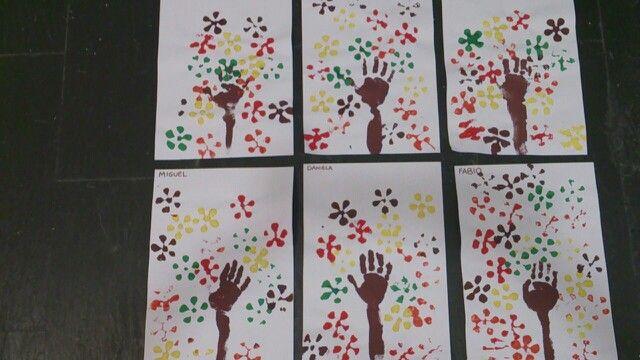 Árboles de otoño: el tronco está hecho con la mano y el antebrazo de los niños de 3 años, las hojas están hechas con la estampación de la base de una botella de plástico.