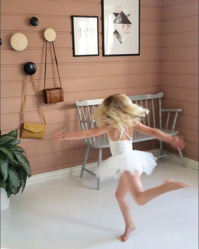 Hallway ballerina pink thedots
