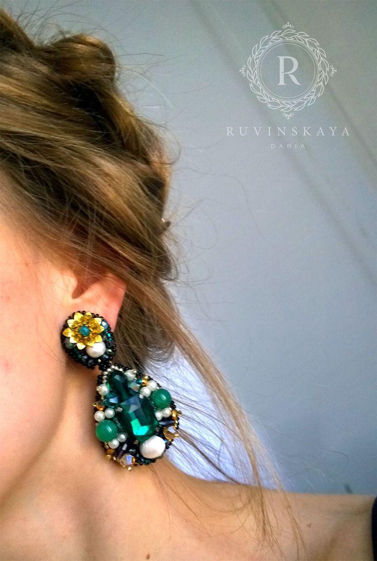 """В изумрудном цвете есть что-то магическое , притягательное🌿 и одновременно успокаивающее и гармоничное✨ Клипсы - """"Изумрудные капли"""" созданы в единственном экземпляре, специально для важных мероприятий и приятных событий🎁💐  #ruvinskaya #jewelrydesigner #ruvinskayaaccessories #ruvinskayaearrings"""