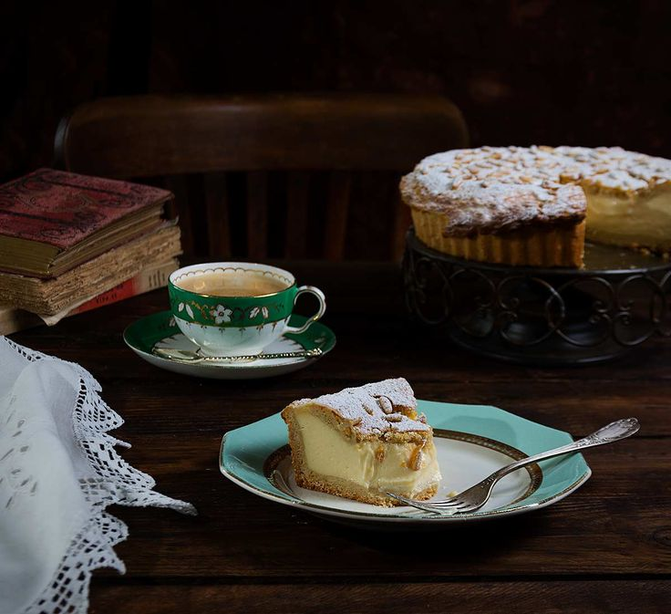 torta de la nonna o tarta de la abuela, una delicia italiana con mucha crema