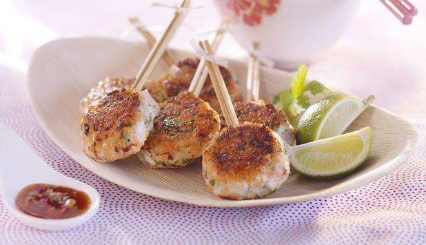 Was für Karfreitag? Wir lieben Fischburger! Hier mit frischem Kabeljau und Lachs. Aufgespießt als tolles Fingerfood, bestens geeignet für kleine Empfänge Zuhause oder natürlich für den nahenden Osterbrunch.  http://fischausnorwegen.de…/Thai-Burger-am-Stiel-mit-norwe… http://fischausnorwegen.deRezepte/Germany/Thai-Burger-am-Stiel-mit-norwegischem-Kabeljau-und-Lachs