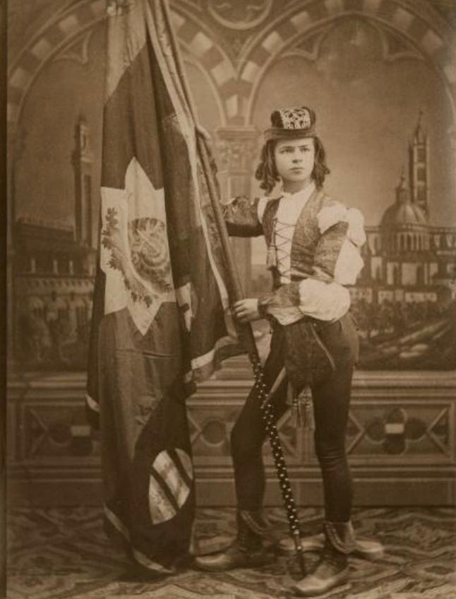 Ritratto in studio di un figurino della Contrada della Chiocciola (dopo il 1878). Foto di Paolo Lombardi Archivio fotografico Malandrini - Fondazione MPS
