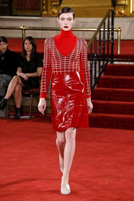 Czerwony golf w stylizacji z jesienno-zimowej kolekcji Creatures of the Wind.