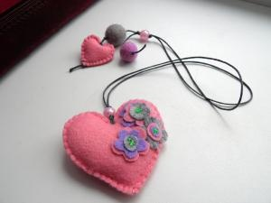 VALENTINE BOOKMARK / Felt bookmark with a pink heart / by Marywool