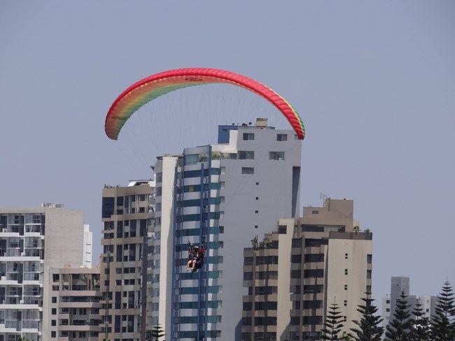 Lima urban paragliding. Read more: http://www.imperatortravel.ro/2016/02/destinatii-latino-americane-air-france-lima-dragoste-la-a-doua-vedere.html