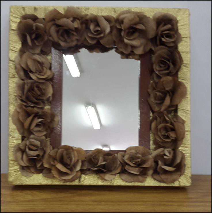 Espelho com flores de filtro de café.