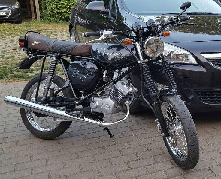 Bild könnte enthalten: Personen, die sitzen und Motorrad