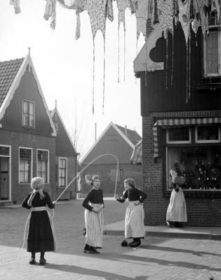 Volendam, skipping rope, photo by Kees Scherer, 1950s #NoordHolland #Volendam