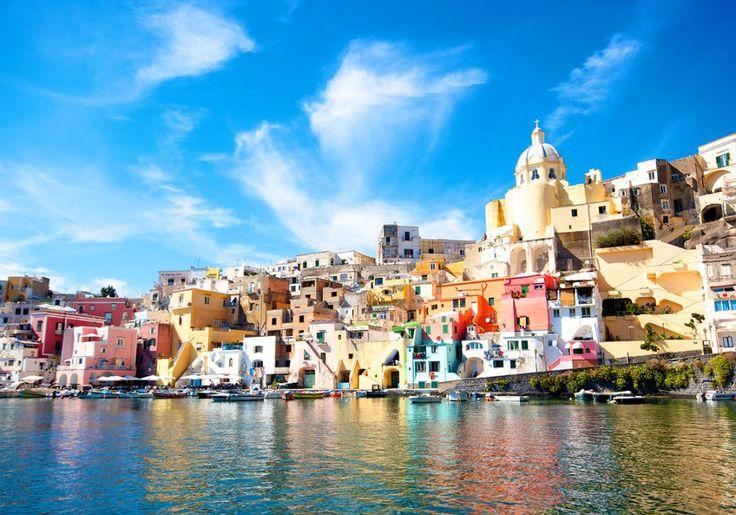 Nær Napoli i Italien ligger øen Procida. Det er en rigtig hyggelig ø med en skøn stemning, og den er kendt for sine fantastiske, farvestrålende huse, som ligger hulter til bulter ud til kysten.