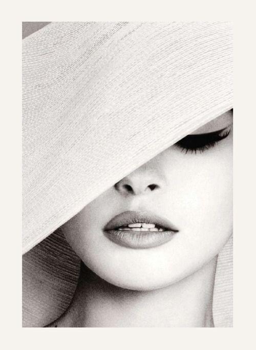 Sovente, l'eleganza viene confusa con la superficialità, la moda, una certa mancanza di interiorità. Si tratta di un grave errore: l'essere umano ha bisogno di eleganza sia nelle azioni che nella postura, perché questa parola è sinonimo di buon gusto, amabilità, equilibrio e armonia. Paulo Coelho