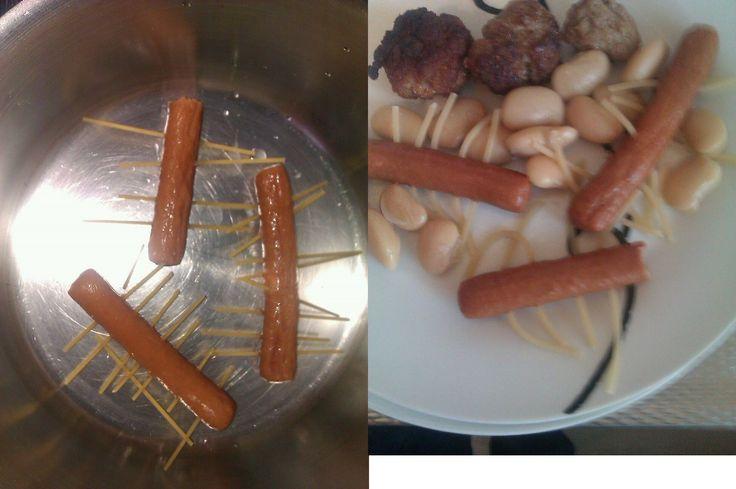 Spaghetti in knakworst #child #food #spaghetti rauwe spaghetti in knakworst steken en samen koken