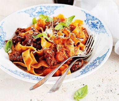 Pasta bolognese på högrev har en svårslagen fyllighet och perfekt sälta i smaken. Det är en mustig specialbolognese som genom smaksättare som bland annat rött vin, sardellfiléer och rotselleri blir en pasta bolognese som passar för finmiddagar och fester.