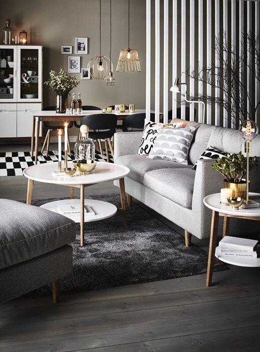 Skanör soffa från Mio. Mörkgrå matta och ljust bord.. överväg ett bord med ljust trä i sig för att ta upp soffbenen...