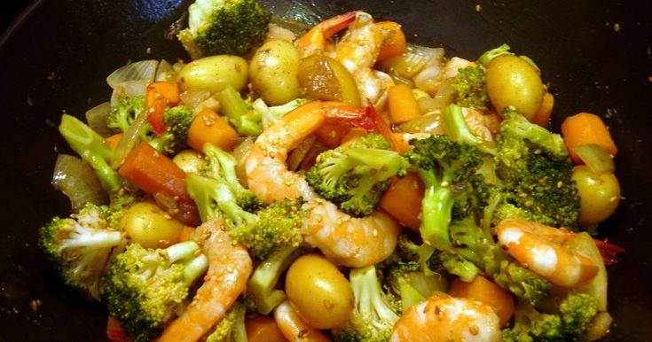 Ajustando as velas: Camarão com legumes salteados no wok - Wok de gambas et légumes