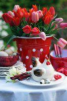 Frühstückstisch mit Tulpen im Freien